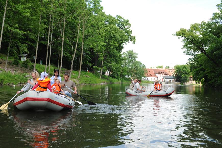 Schlauchbootfahren im Neißetal